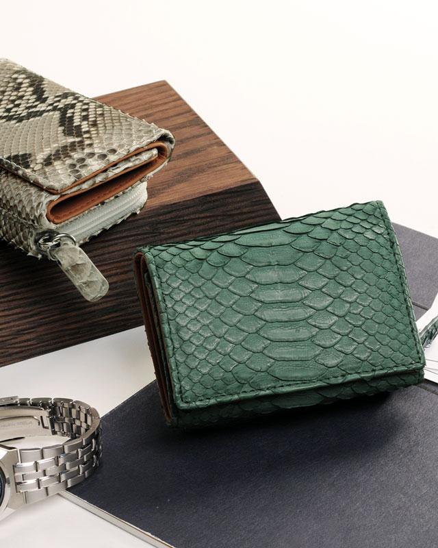 胸ポケットにも収まるコンパクトな ダイヤモンドパイソン ミニ財布